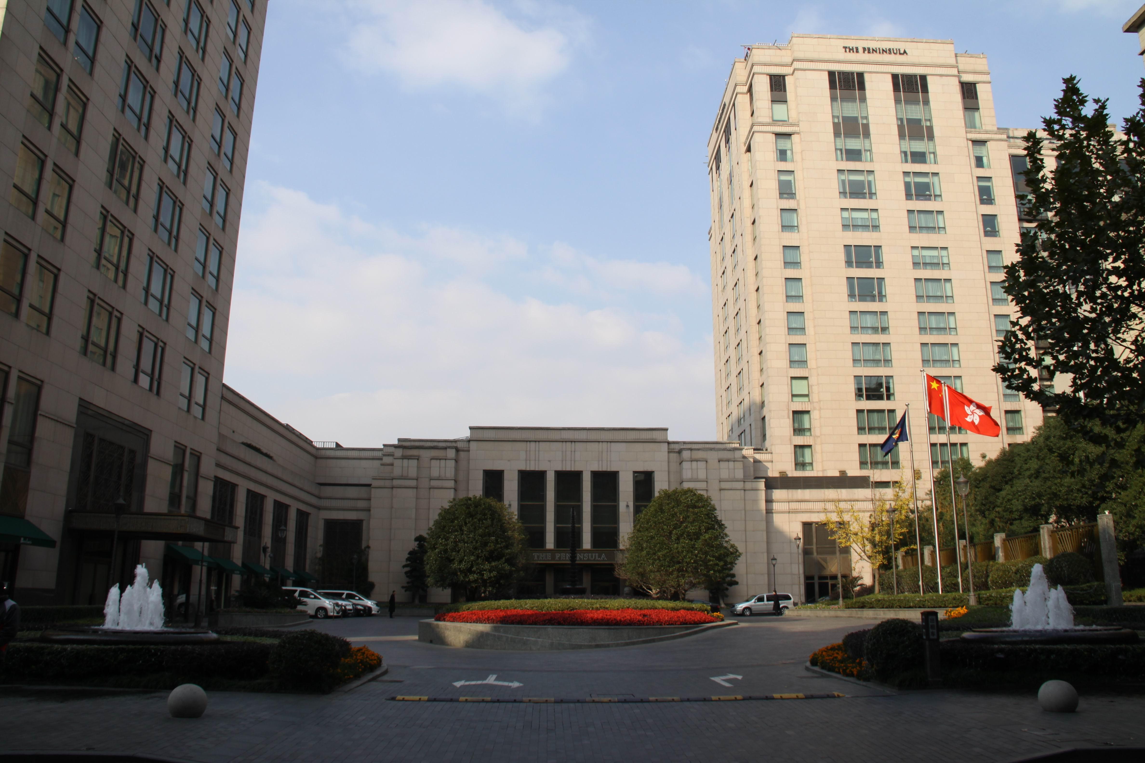 值得一提的是,此次颁奖晚宴上还将首发宝马新书《2011中国最佳设计酒店》,清新婉约的文字和精致别雅的图片相结合,让人赏心悦目,众人纷纷予以高度的赞赏和褒奖。整场晚宴可谓高朋四座,在不断的掌声和欢笑声中,第三届精品设计酒店论坛画上一个完美的句点。 图片摄影:向峰  位于外滩的半岛酒店大门风貌   获奖感言    著名舞蹈家金星与老公共赴颁奖盛会  一贯幽默诙谐的主持曹启泰也对金星进行调侃  金星也不示弱给与曹启泰回击进行调侃   呵呵,把话题转向老外也进行调侃  宝马公司老总向获奖者颁奖   现代舞蹈激情表