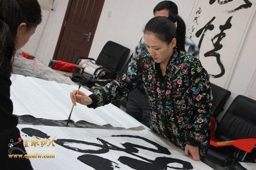 美女书法家史雪梅做客北京少林武校